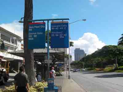 出発地(アラモアナセンター)のバス停風景です。