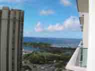 アラモアナビーチが港の向こうに広がっています。