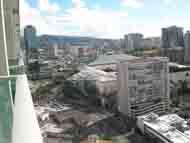 バルコニーから眼下の街路の模様を撮影しました。車両等が小さく見えます。