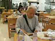 日本食恋しさで「白木屋」の店舗で食事中です。