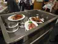 各テーブルサイドにワゴン車で料理を運んで来ます。客はこれを見ながら注文するのです。